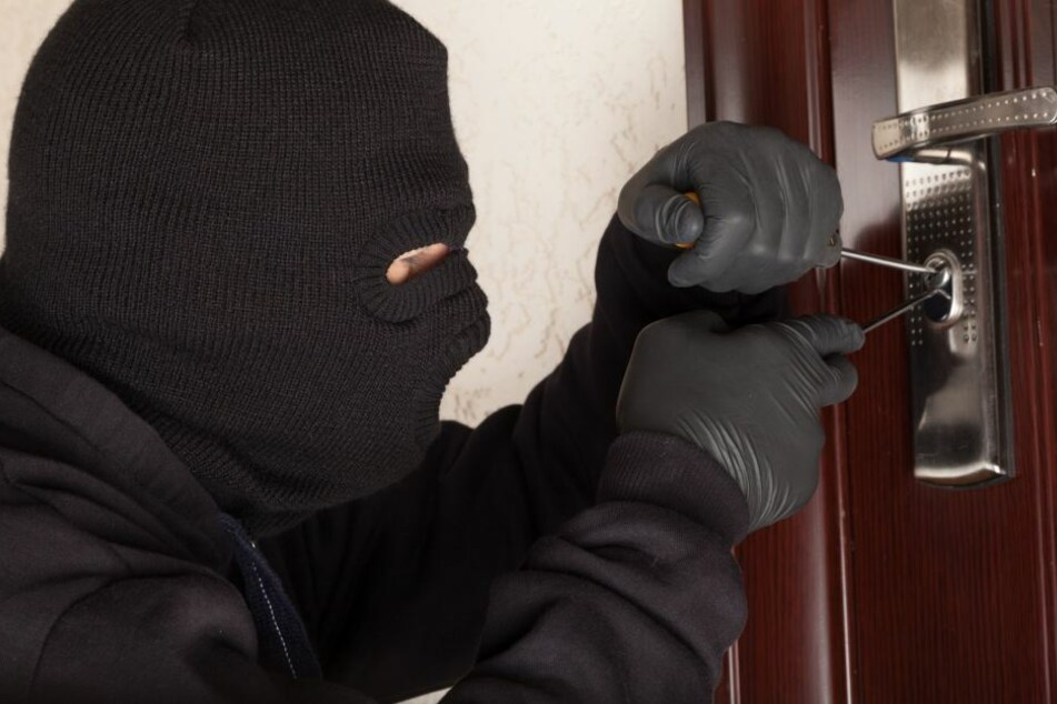 Der Unbekannte versuchte in ein Mehrfamilienhaus einzudringen. (Symbolbild)