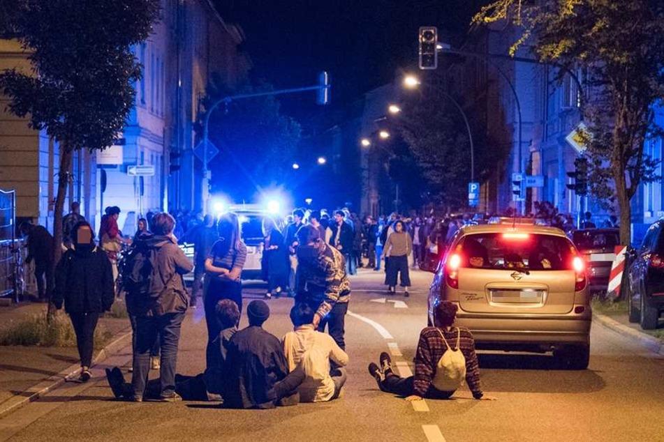 Als die Polizei eintraf, setzten sich die Partyteilnehmer demonstrativ auf die Straße