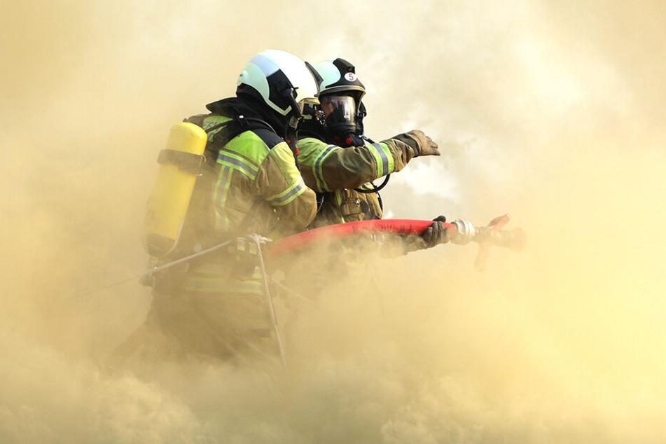 Der Brand in der Zeunerstraße forderte den Feuerwehrmännern einiges ab.