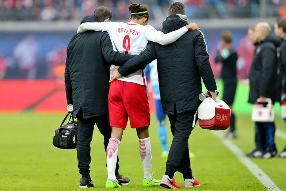 Yussuf Poulsen wird nach seinem Muskelbündelriss, den er sich gegen den HSV zugezogen hatte, stützend vom Platz begleitet.