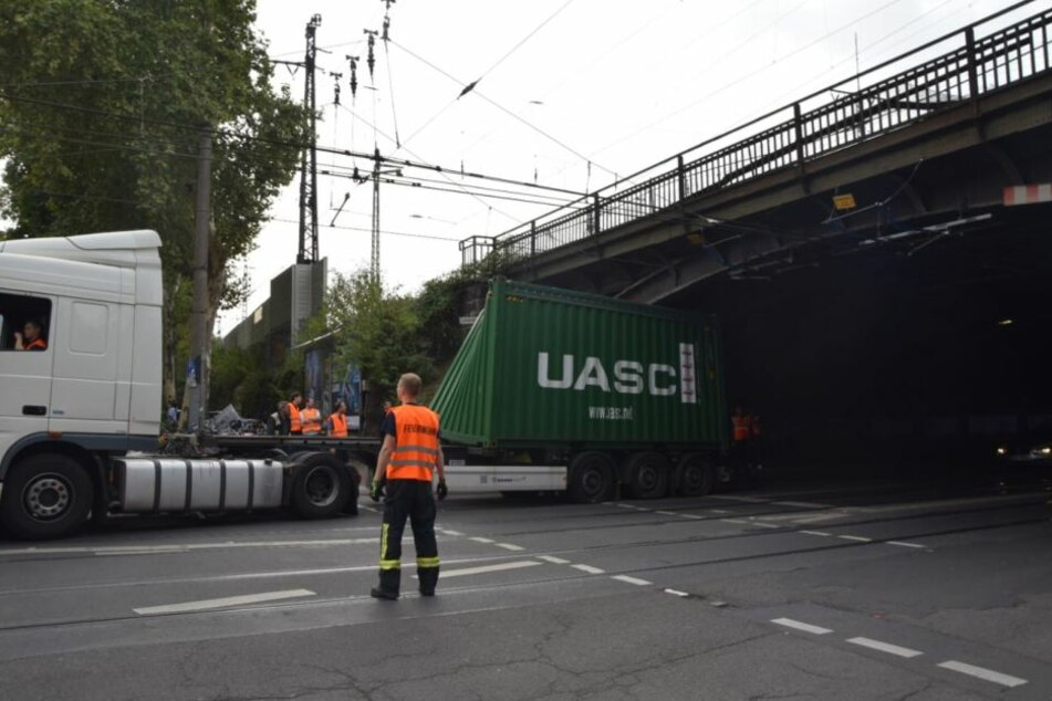 Der Container passte nicht unter der Brücke her.