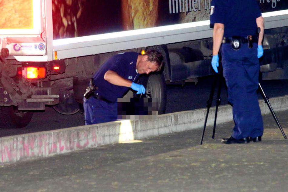Polizisten sichern Spuren an einem Lkw in Berlin-Pankow.