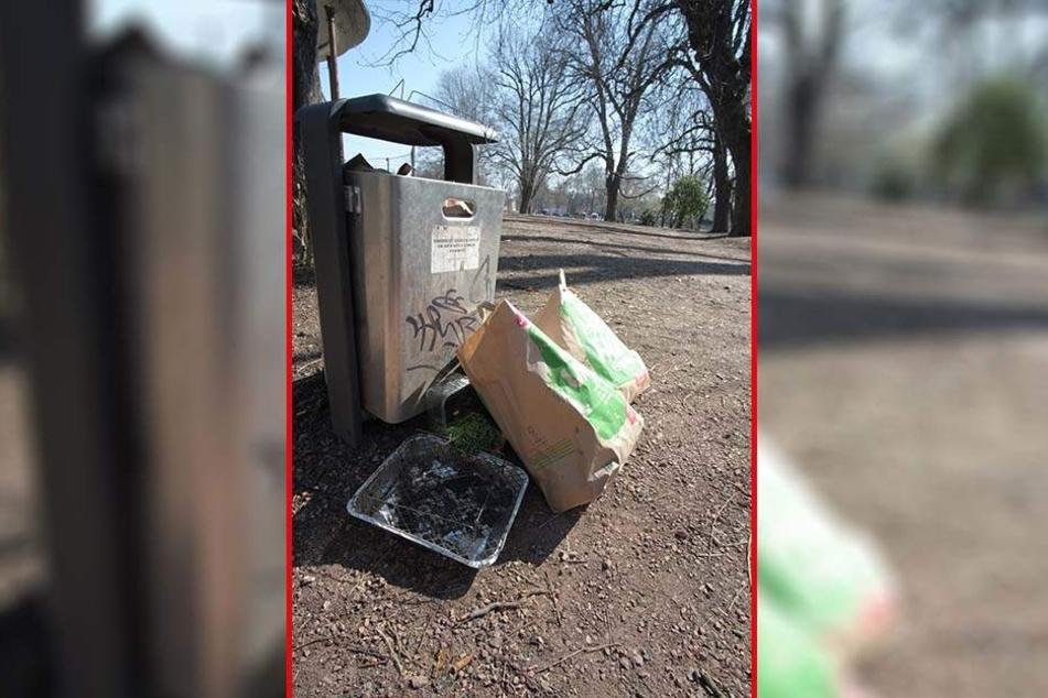 Überreste einer Party: Viele Mülleimer quollen am Schloßteich über. Auch im Park blieb viel Abfall liegen.