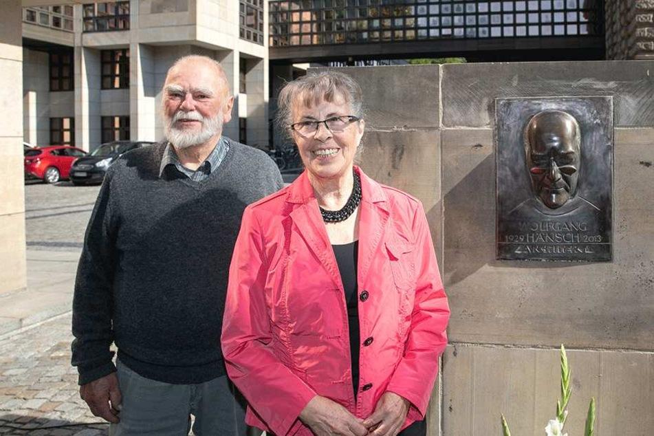 Künstler Peter Makolies (81) und Regina Hänsch (79) neben dem Bronzereliefs zu Ehren des Architekten Wolfgang Hänsch.