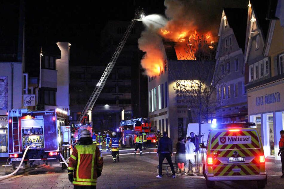 Feuerwehr-Großaufgebot: Brand in Einkaufszentrum