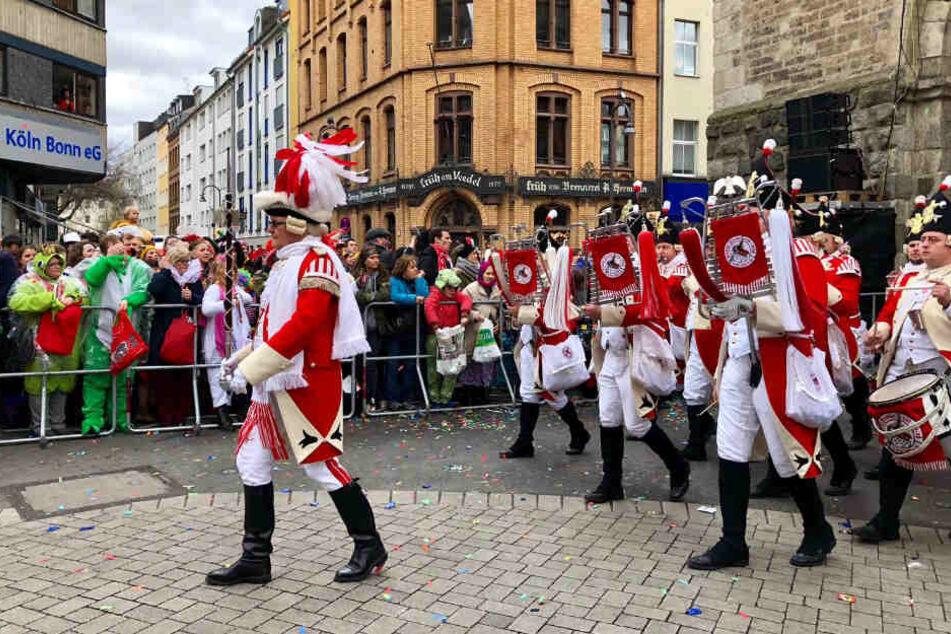 Die roten Funken marschieren durch Köln.