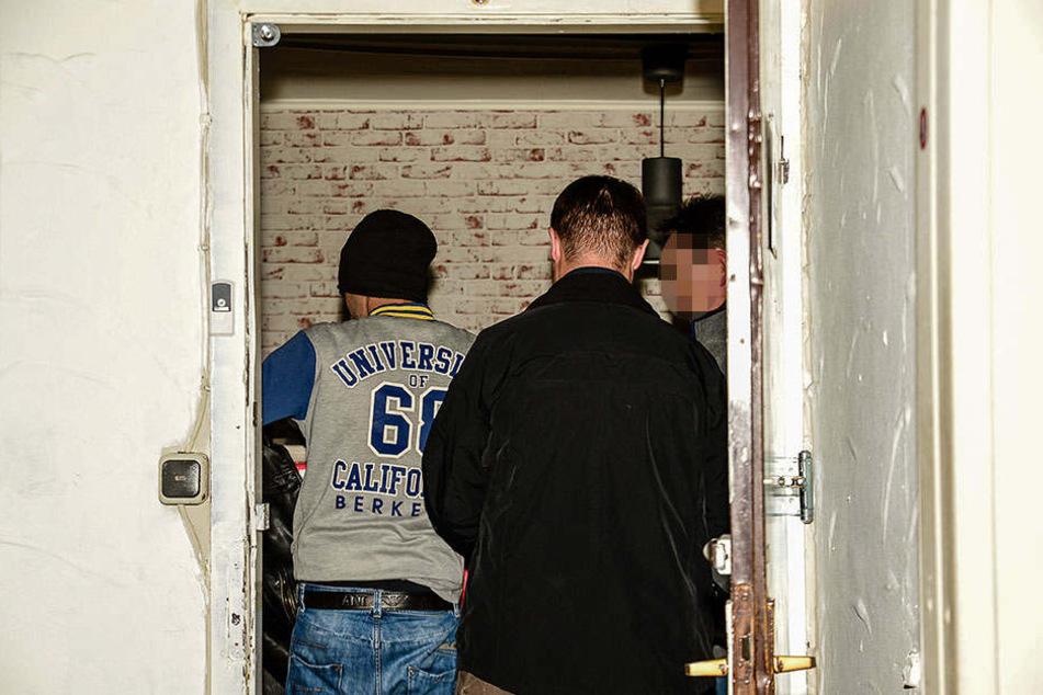 Mehrere Beamten der Polizei durchsuchten die Gaststätte.