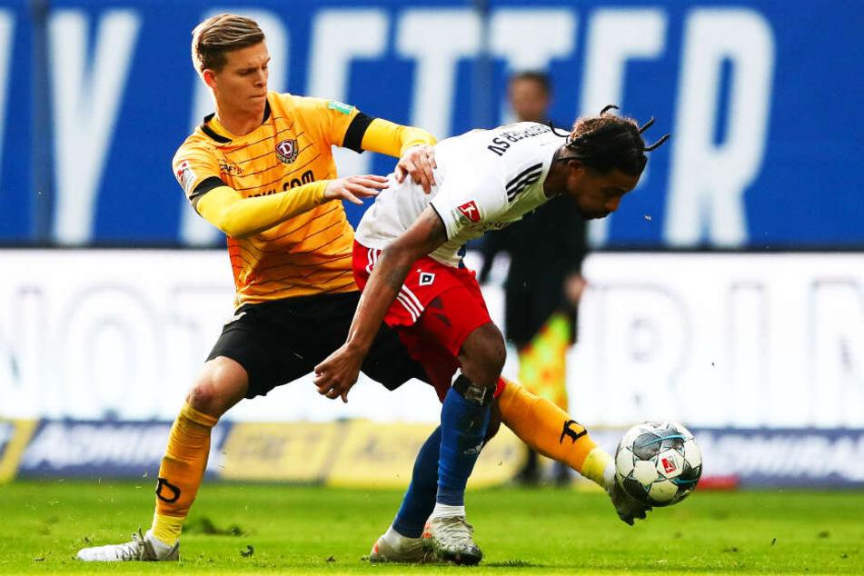 Das Spiel gegen den Ball war zuletzt ein Problem von Dzenis Burnic (l.) Hier klappt es gegen den Hamburger Jeremy Dudziak.
