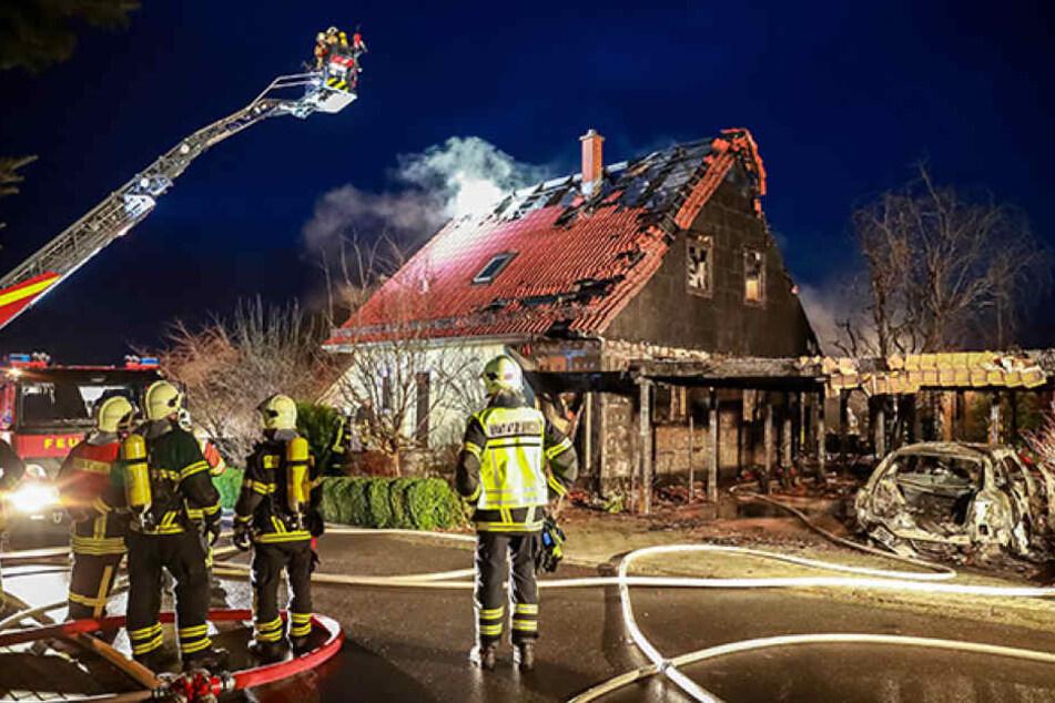Die Katastrophe der Neujahrsnacht: Die Feuerwehrmänner konnten das Haus der Naumanns nicht mehr retten.