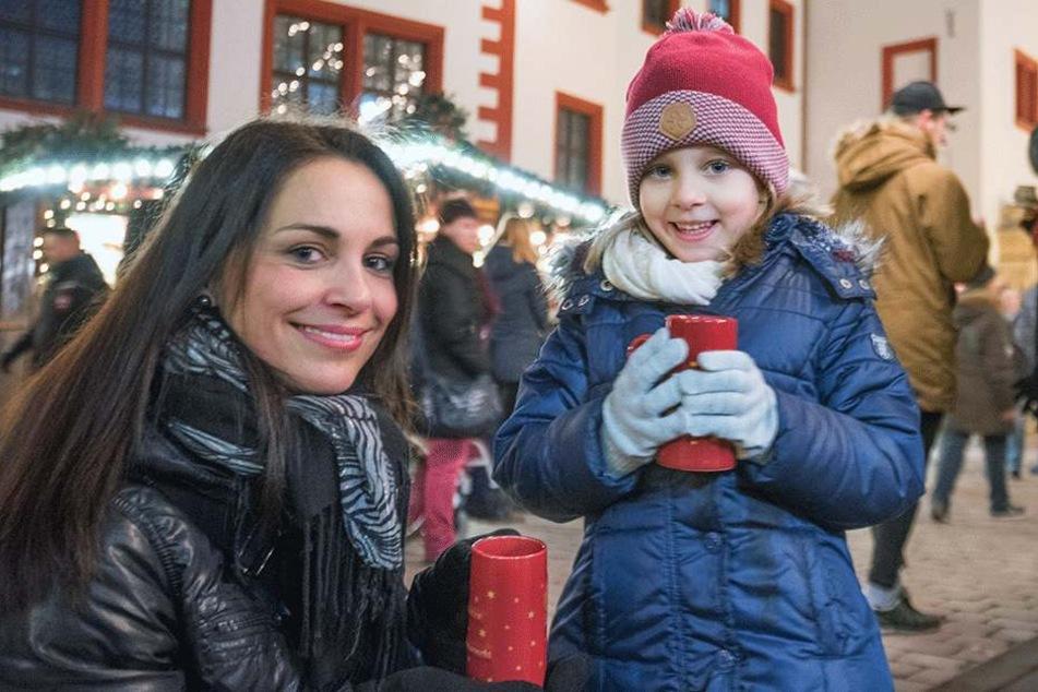 Janine (35) mit Tochter Lana (5) bei der ersten Glühwein- und Kinderpunsch-Verkostung. Die beiden freuen sich, dass wieder Weihnachtsmarkt ist.