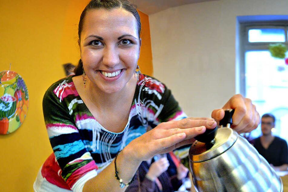 Im Cafe de Maria serviert Maria (l.) beim Sonntagscafe den Sonntagskaffee.