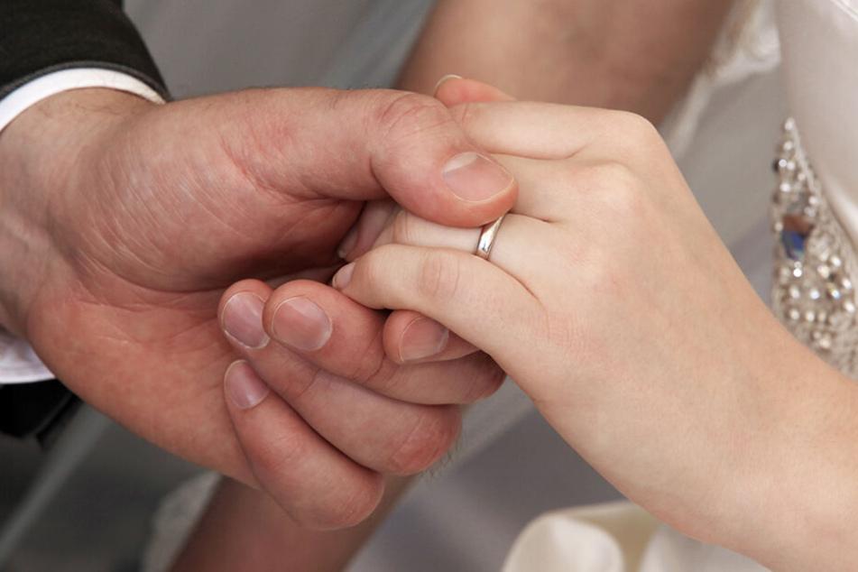 Das frisch vermählte Paar möchte bald ein Baby bekommen. (Symbolbild)