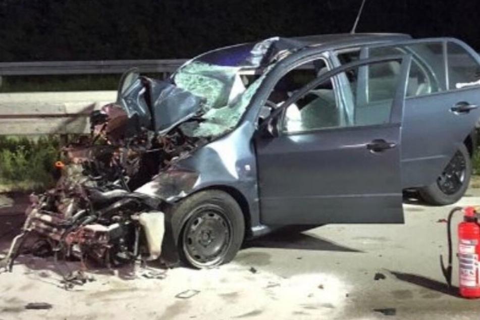 Der Fahrer dieses Skoda konnte sich selbstständig aus seinem Wrack befreien.