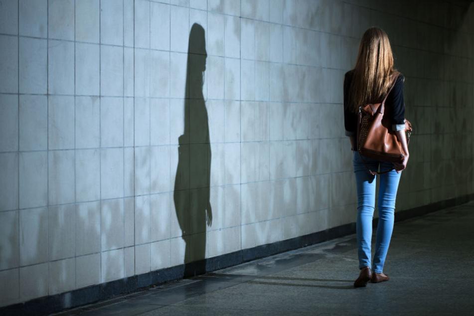 Die Frau konnte den Belästiger von sich stoßen und in den gerade eintreffenden Bus flüchten.