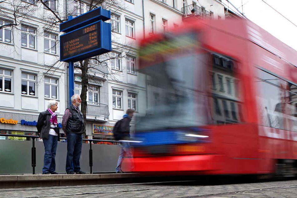 Augen auf im Straßenverkehr! Die junge Frau lief einfach auf den Gleisbereich, dabei fuhr zu diesem Zeitpunkt eine Tram ein. (Symbolbild)
