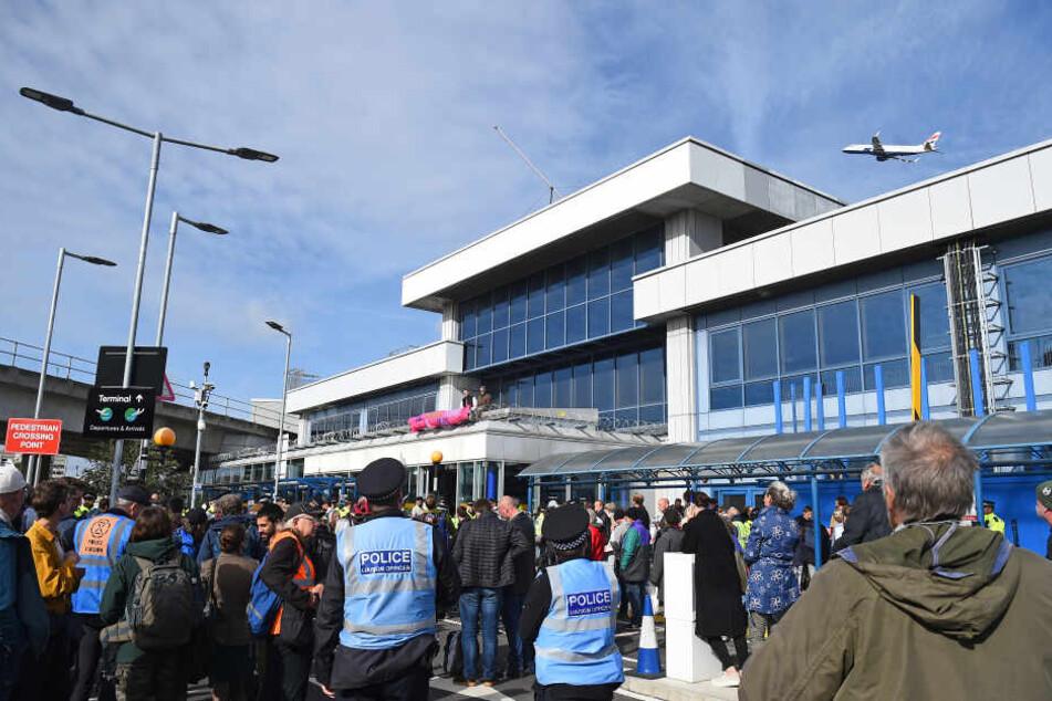Vor dem Flughafen versammelten sich zahlreiche Aktivisten.