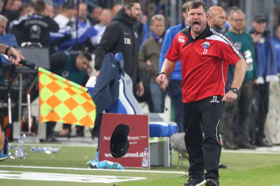 Ab und zu musste Steffen Baumgart (45) seine Mannschaft verbal nach vorne peitschen.