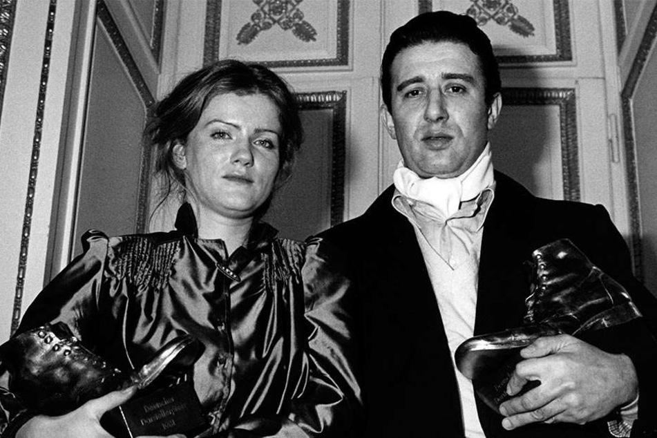 Die Schauspielerin Barbara Sukowa und ihr Kollege Rolf Zacher wurden am 10.01.1981 in München mit dem Deutschen Darstellerpreis ausgezeichnet.