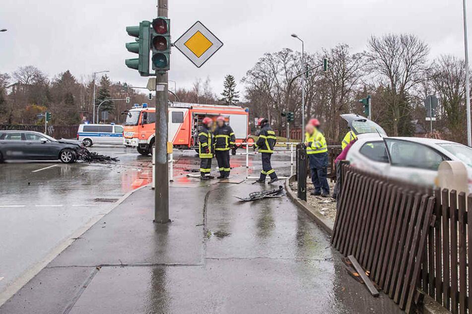 Der VW krachte auf der Kreuzung mit einem Volvo zusammen.