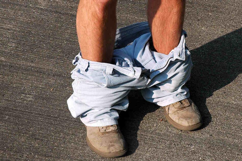 Ein Unbekannter belästigte mit runtergelassener Hose eine junge Frau.