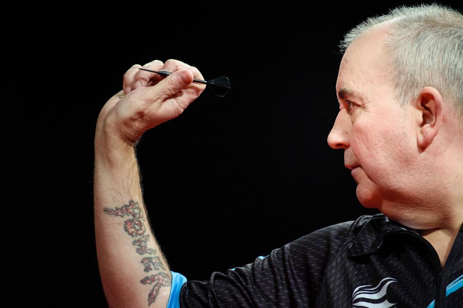 Der sechzehnfache Weltmeister Phil Taylor wirft während der Ostsee Darts Gala in der Sparkassen-Arena im Januar 2020 auf der Bühne einen Dart.