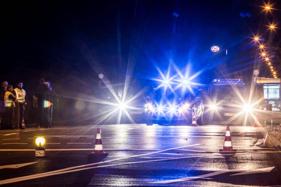 Polizeifahrzeuge sperren die Straßen ab.