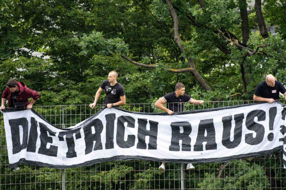 """VfB-Fans hängen beim Trainingsauftakt in die Zweitliga-Saison ein Banner mit """"Dietrich Raus!"""" am Trainingsgelände auf."""