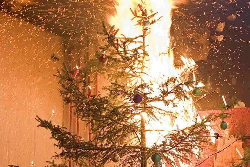 Durch eine Kerze fackelte der Weihnachtsbaum ab.