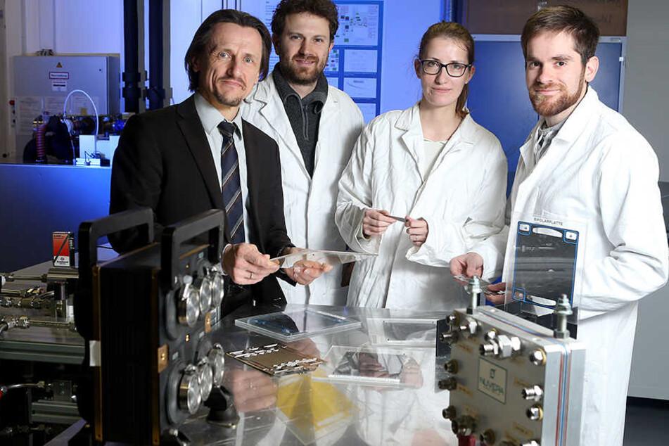 Professor Thomas von Unwerth (l.) in seine Labor an der TU Chemnitz.