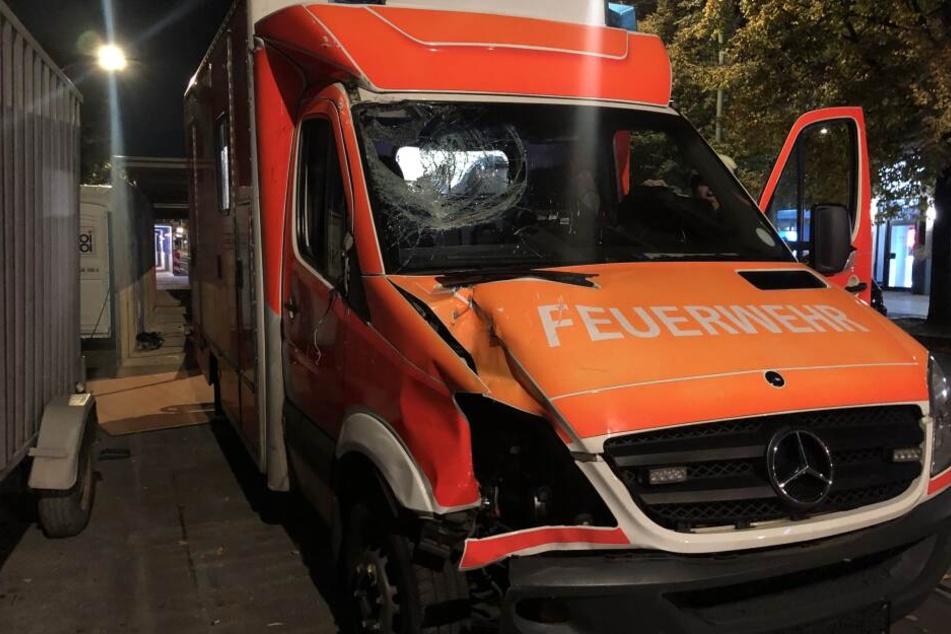 Am Fahrzeug der Berliner Feuerwehr entstand ein erheblicher Sachschaden.