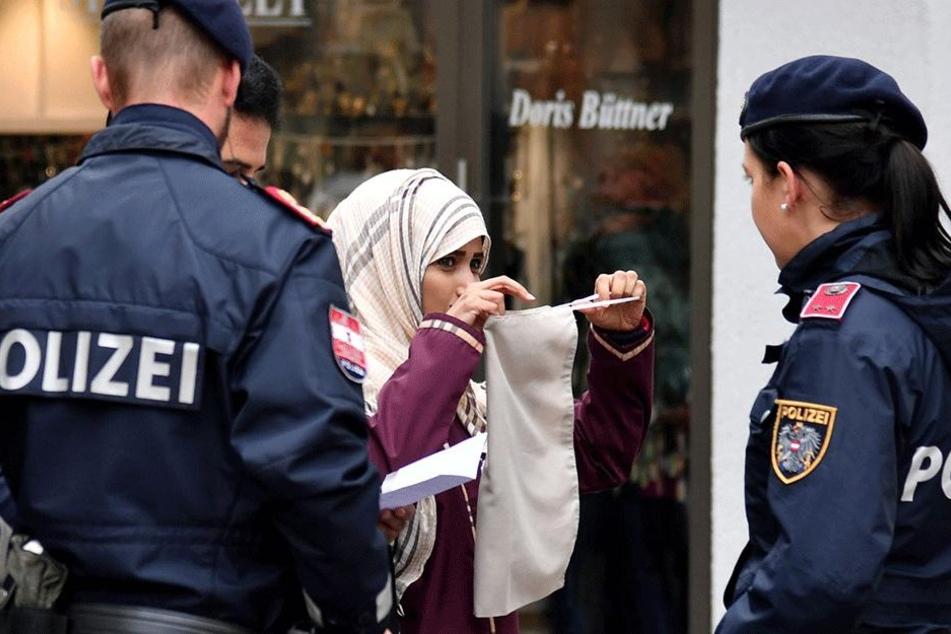 Eine Polizeistreife spricht am 01. Oktober in Zell am See (Österreich) mit einer Muslimin. Dort ist die Burka verboten.