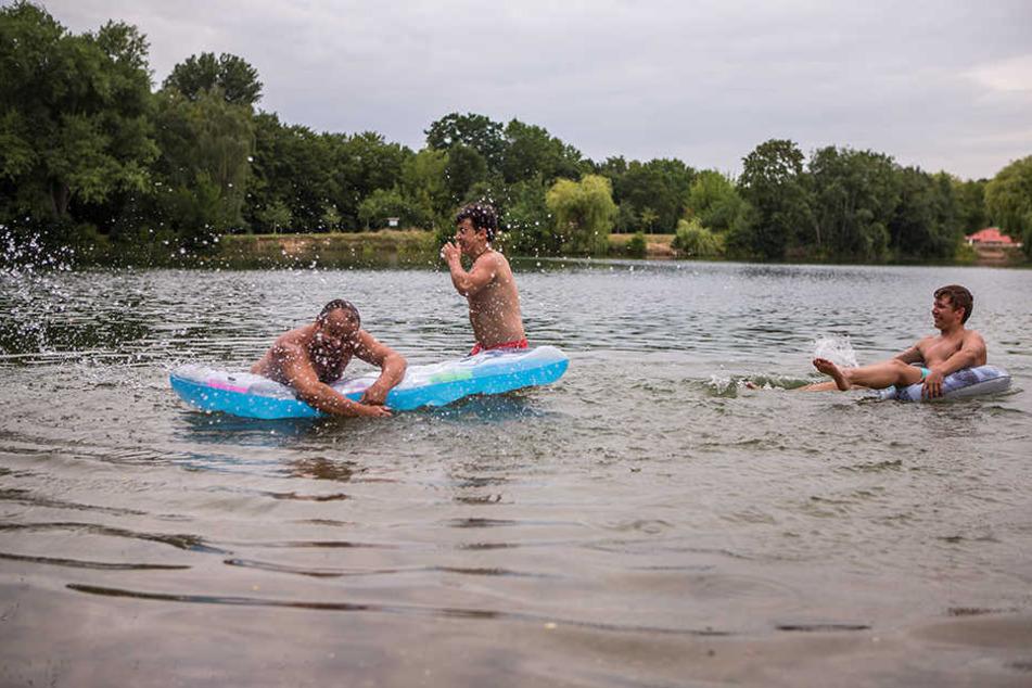 """Im vergangenen Jahr kühlten sich die Leipziger noch im """"Bagger"""" ab. Dieses Jahr müssen sie auf andere Badegewässer setzen."""