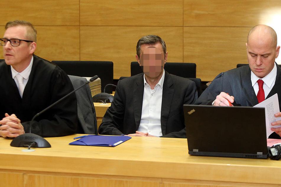 Seine Anwälte stehen dem Tatverdächtigen zur Seite. Der Prozess findet im Landgericht Bielefeld statt.
