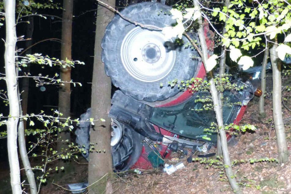 Besoffener Fahrer überschlägt sich mit Traktor und stürzt Abhang hinunter