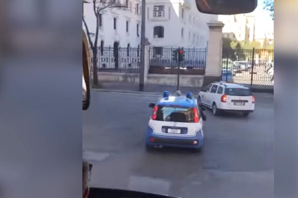 Die Polizei-Eskorte gestikuliert sich den Weg frei.