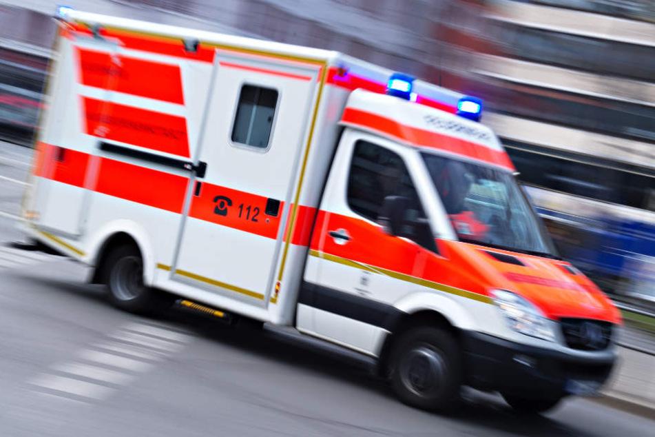 Zwei 20 und 28 Jahre alte Männer kamen mit Rettungswagen ins Krankenhaus. (Symbolbild)