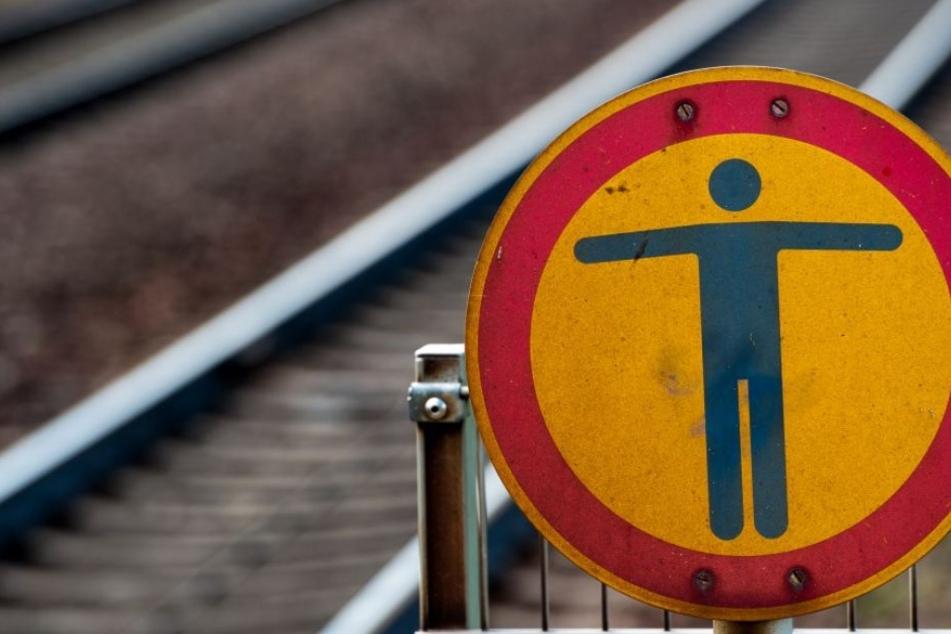 Am Dienstagmorgen wanderte ein Mann ganz unbeirrt auf einem Bahngleis in Schirgiswalde. (Symbolbild)