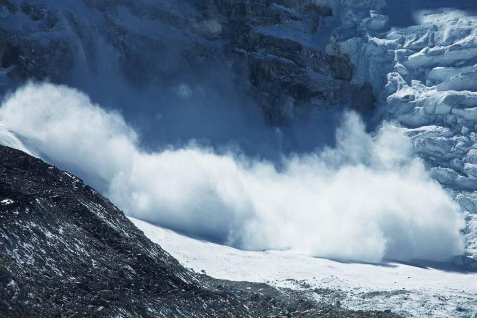 Die Skitourengänger wurden unter einer Lawine begraben.