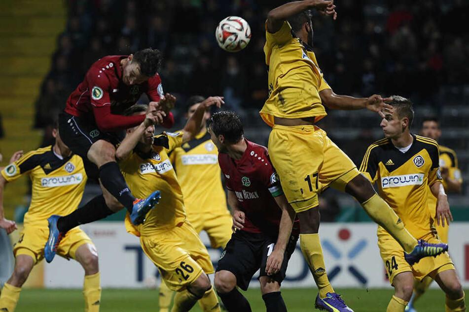 Florian Ballas (l., im roten  Trikot) bei seinem einzigen Einsatz für die Profis von Hannover 96 im Oktober  2014 im DFB-Pokalspiel beim VfR Aalen. Die 96er verloren und schieden aus.