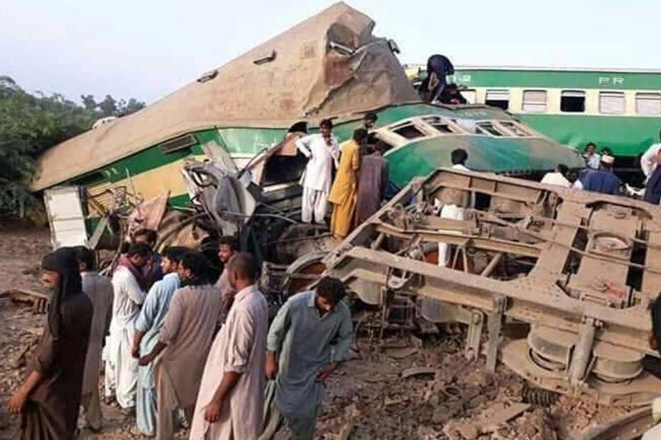 Schreckliches Unglück: Reisezug kracht auf geparkten Güterwaggon