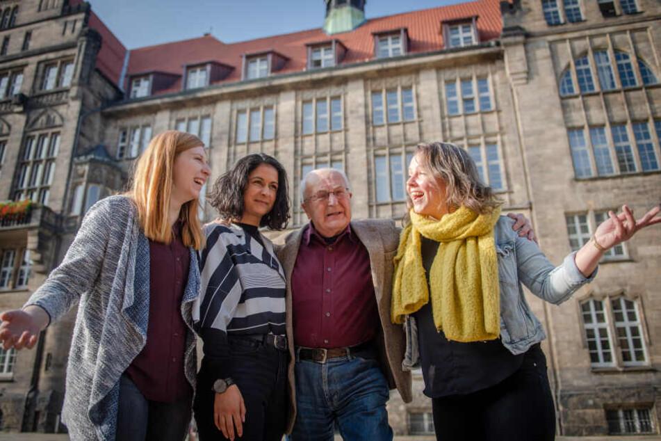"""Julia Palarz (24, v.l.) vom Netzwerk für Kultur und Jugendarbeit, Studentin Zeran Osman (29), der frühere Schauspieldirektor Hartwig Albiro (87) sowie Maria Kreußlein (32) vom Mikroprojekt """"Fahrradkino"""" gehören zum Präsentationsteam."""