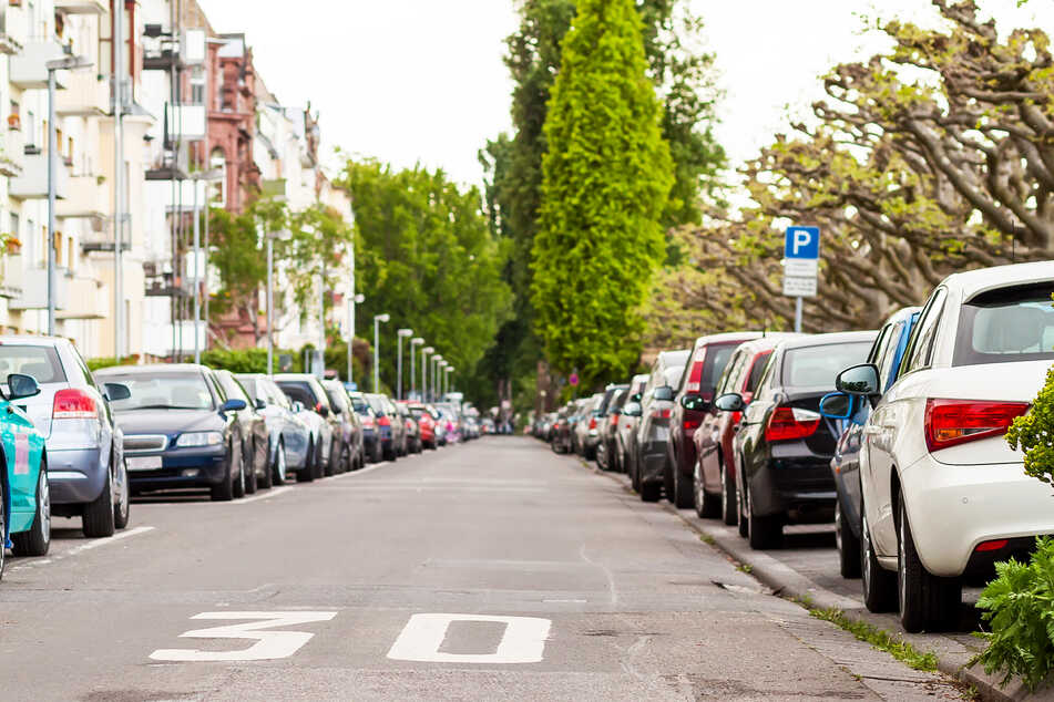 Beim Rückwärts-Einparken: Frau (79) verursacht 28.000 Euro Schaden an mehreren Autos