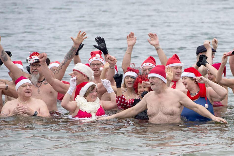 Beim traditionellen Weihnachtsbaden gehen die Vereinsmitglieder der Berliner Seehunde schwimmen.