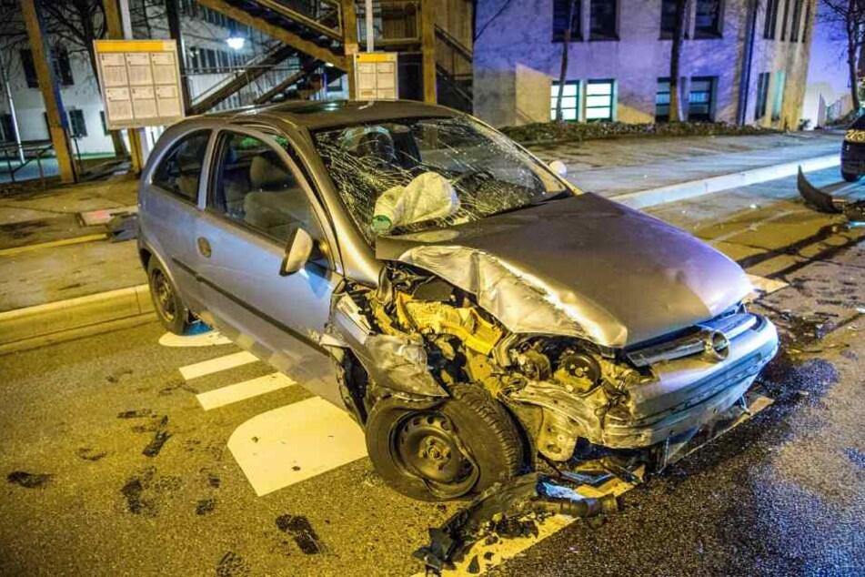 Der Opel Corsa nachdem er gegen den Betonpfeiler krachte.
