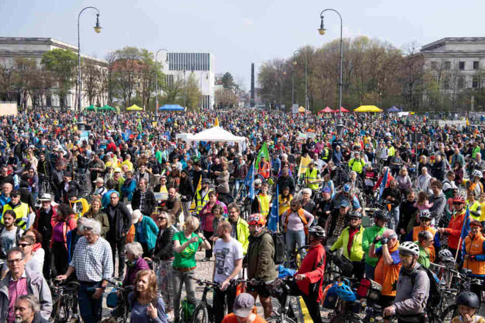 Tausende nahmen an der Radsternfahrt durch die Innenstadt teil.