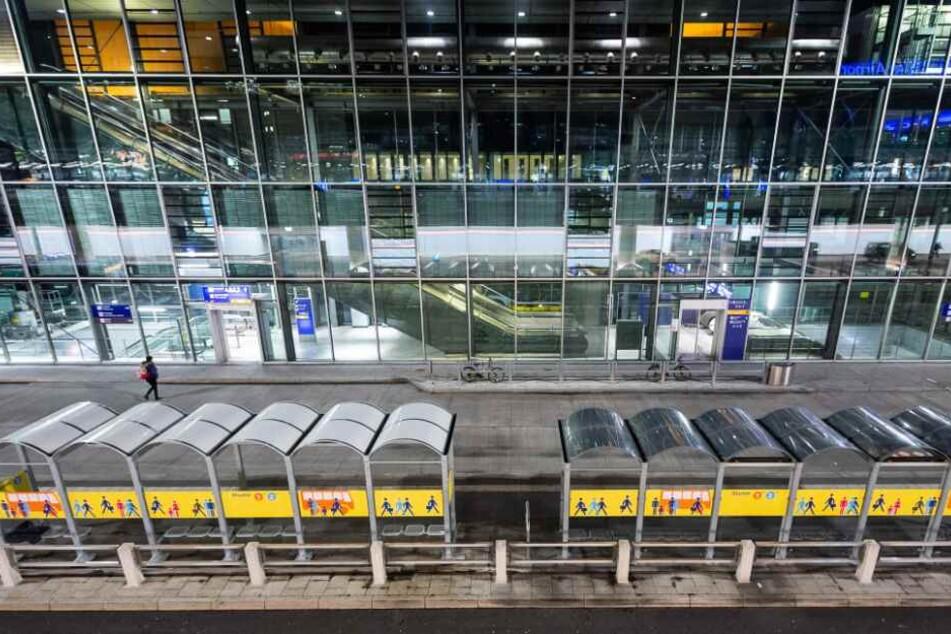 Nach einer Durchsuchung durfte die IS-Anhängerin den Flughafen in Frankfurt verlassen. (Symbolbild)