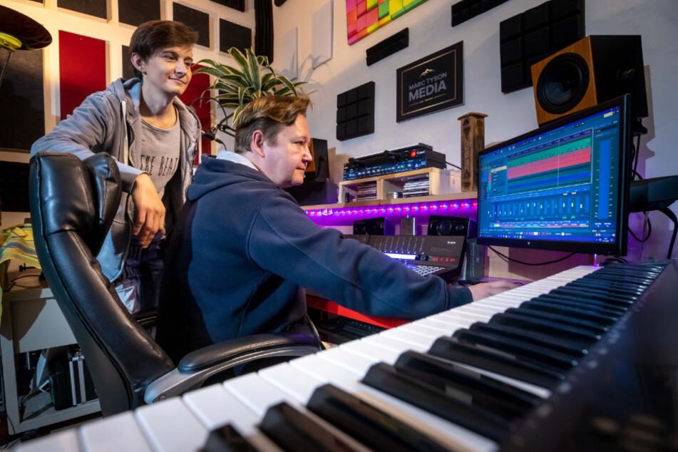 Das Musikerduo Rocco Löser (l.) und Marc Tyson arbeiten im Tonstudio.