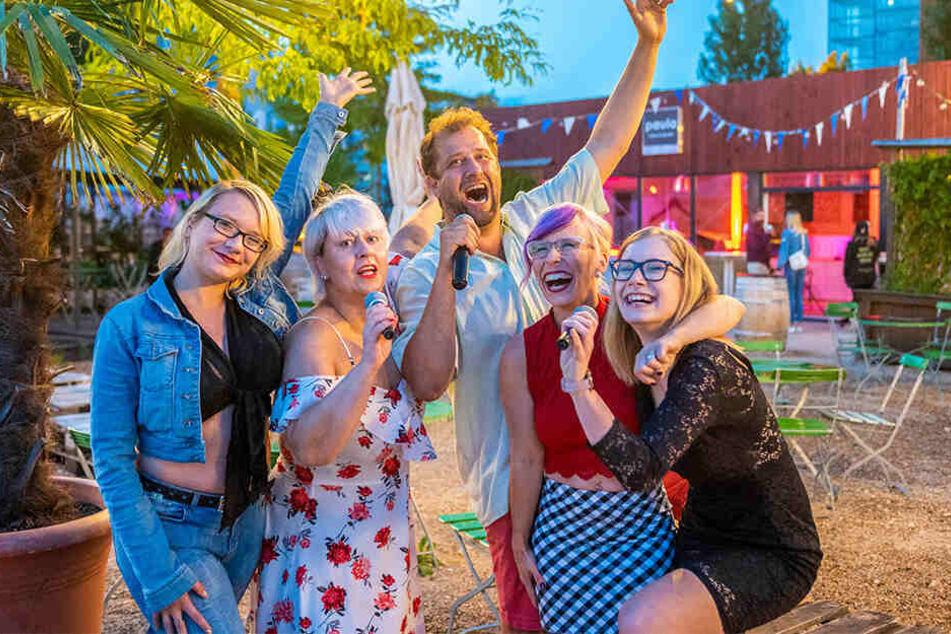 Trällernde Stimmungsmacher: DJ Hansen (M.) beim Uferstrand-Karaokeabend mit Dominique (28), Jana (46), Therese (28) und Saskia (19, v.l.n.r.). Dieser findet immer mittwochs statt.