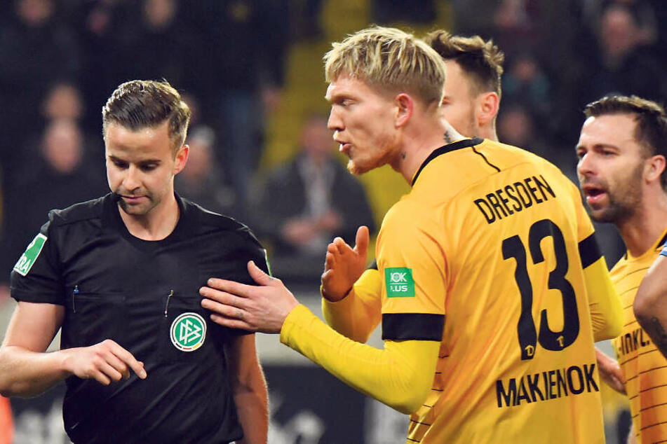 Simon Makienok (r.) sah gegen Darmstadt von Schiri Michael Bacher Rot. Am Freitag ist seine Sperre abgelaufen.