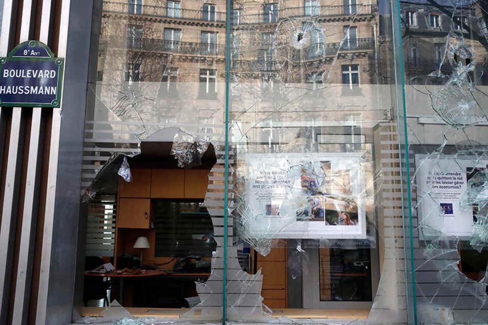 """Blick auf die eingeschlagenen Fenster einer Bank in Paris, einen Tag nach den Demonstrationen der """"Gelben Westen""""."""
